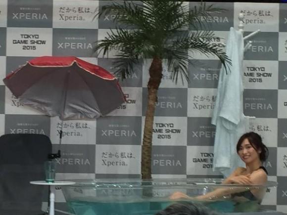 △2015年の東京ゲームショーである意味最強の出し物だった、Xperiaブース。防水性を証明するためにお姉さんが水着でお風呂に入るという神イベントは、前に煩悩にまみれた男どもが大挙し、おれは後方から全力で背伸びして撮影ボタンを連打することしかできませんでした。